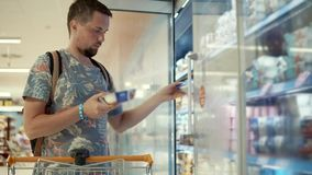 年轻人在商店买酸奶