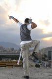 年轻人在大厦顶部的中断舞蹈演员 免版税库存图片