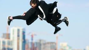 年轻人在天空中的做杂技把戏 执行overbah 股票录像