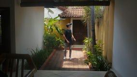 年轻人在家使用一个虚拟现实玻璃围场 影视素材