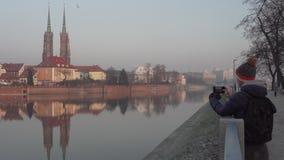 年轻人在弗罗茨瓦夫拍大教堂海岛的照片 影视素材