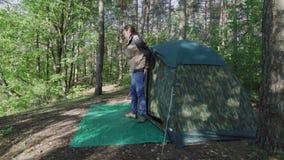 年轻人在森林里醒从旅游伪装帐篷出来在黎明在早晨 有长期的旅游渔夫 影视素材