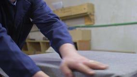 年轻人在沙发上的一部分把棉花放的家具工厂 股票录像