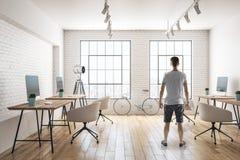 年轻人在现代办公室 免版税图库摄影