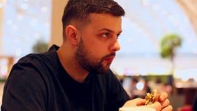 年轻人在餐馆享用一个可口汉堡和薯条 影视素材