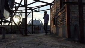 年轻人在slo mo告诉某人一个建造场所的 股票录像