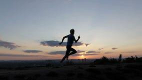 年轻人在slo mo跑并且驾驶远离一条车道的一只鸠 股票录像