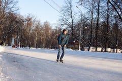 年轻人在Sokolniki Pa的一个巨大的自由滑冰场滑冰 库存图片
