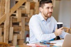 年轻人建筑师在办公室 免版税库存图片