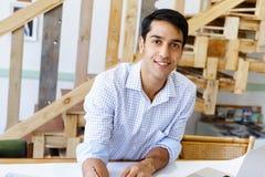 年轻人建筑师在办公室 库存图片