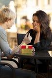 年轻人建议给咖啡馆的一个女孩 库存图片