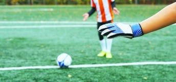 年轻人弄脏了采取点球的足球运动员反对目标网 免版税库存照片