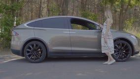 年轻人得到汽车和问候与他的女朋友 股票视频