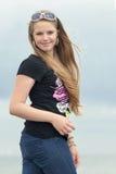 年轻人微笑的十几岁的女孩 免版税库存照片