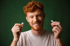 年轻人微笑的卷曲红头发人有胡子的年轻人特写镜头whi的 免版税库存图片