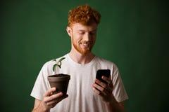 年轻人微笑的英俊的红头发人有胡子的年轻人画象, ho 库存图片