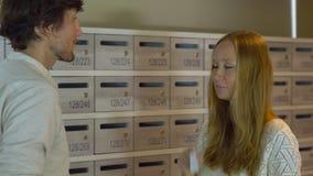 年轻人房地产开发商在公寓的大厅里遇见客户 客户sighns合同和得到他的钥匙 股票视频