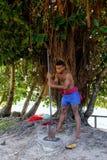 年轻人打碎kava于Lavena村庄,塔韦乌尼岛海岛根源, 免版税图库摄影