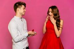 年轻人提出提案给他的女朋友 免版税库存图片