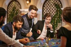 年轻人是愉快在赌博娱乐场赢得 库存图片