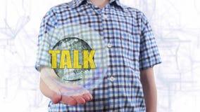 年轻人显示行星地球和文本谈话的全息图