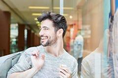 年轻人有乐趣购物 免版税库存图片
