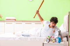 年轻人有醒的麻烦在清早 免版税图库摄影