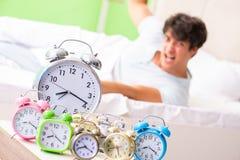年轻人有醒的麻烦在清早 免版税库存图片