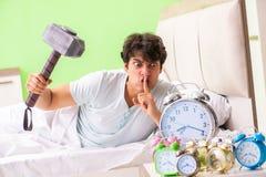 年轻人有醒的麻烦在清早 免版税库存照片