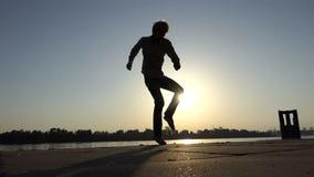 年轻人活跃舞蹈迪斯科在一个河岸在slo mo 股票录像