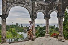 年轻人游人在巴厘岛的老水宫殿 免版税库存图片