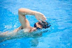 年轻人游泳 免版税库存照片