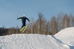 年轻人滑雪 免版税图库摄影