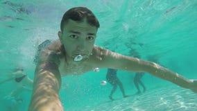 年轻人潜水入水池 影视素材