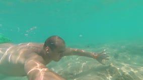 年轻人潜水自由水下的GoPro Hero7 股票录像