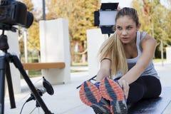 年轻人炫耀妇女的博客作者做录影 免版税库存图片
