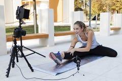 年轻人炫耀妇女的博客作者做录影 免版税库存照片