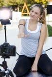 年轻人炫耀妇女的博客作者做录影 库存图片