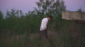 年轻人由在草丛林的电话谈话  影视素材