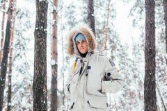 年轻人画象冷的深冬天外套的 免版税库存照片