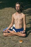 年轻人画象在他的瑜伽会议期间的 库存照片