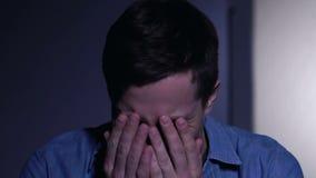 年轻人痛苦精神分裂症,在头,精神障碍的听见声音 影视素材