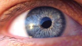 年轻人的一双蓝眼睛的开头极端宏观射击慢动作的 1920x1080 影视素材
