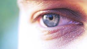 年轻人的一双蓝眼睛的极端宏观射击慢动作的 1920x1080 股票录像