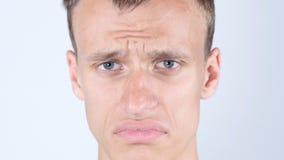 年轻人的哀伤的面孔 关闭哭泣与泪花的人 库存图片