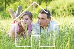 年轻人的夫妇梦之家 库存图片