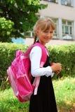 年轻人的女孩去的学校 库存图片