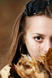 年轻人的接近的秋叶女孩纵向 图库摄影