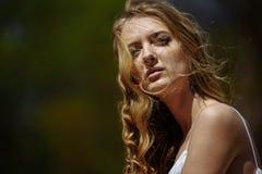 年轻人相当逗人喜爱的女孩室外夏天画象  摆在老桥梁的美丽的妇女 照片有一个模型 库存照片