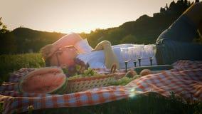 年轻人睡觉变冷在野餐帷幕在公园 股票录像
